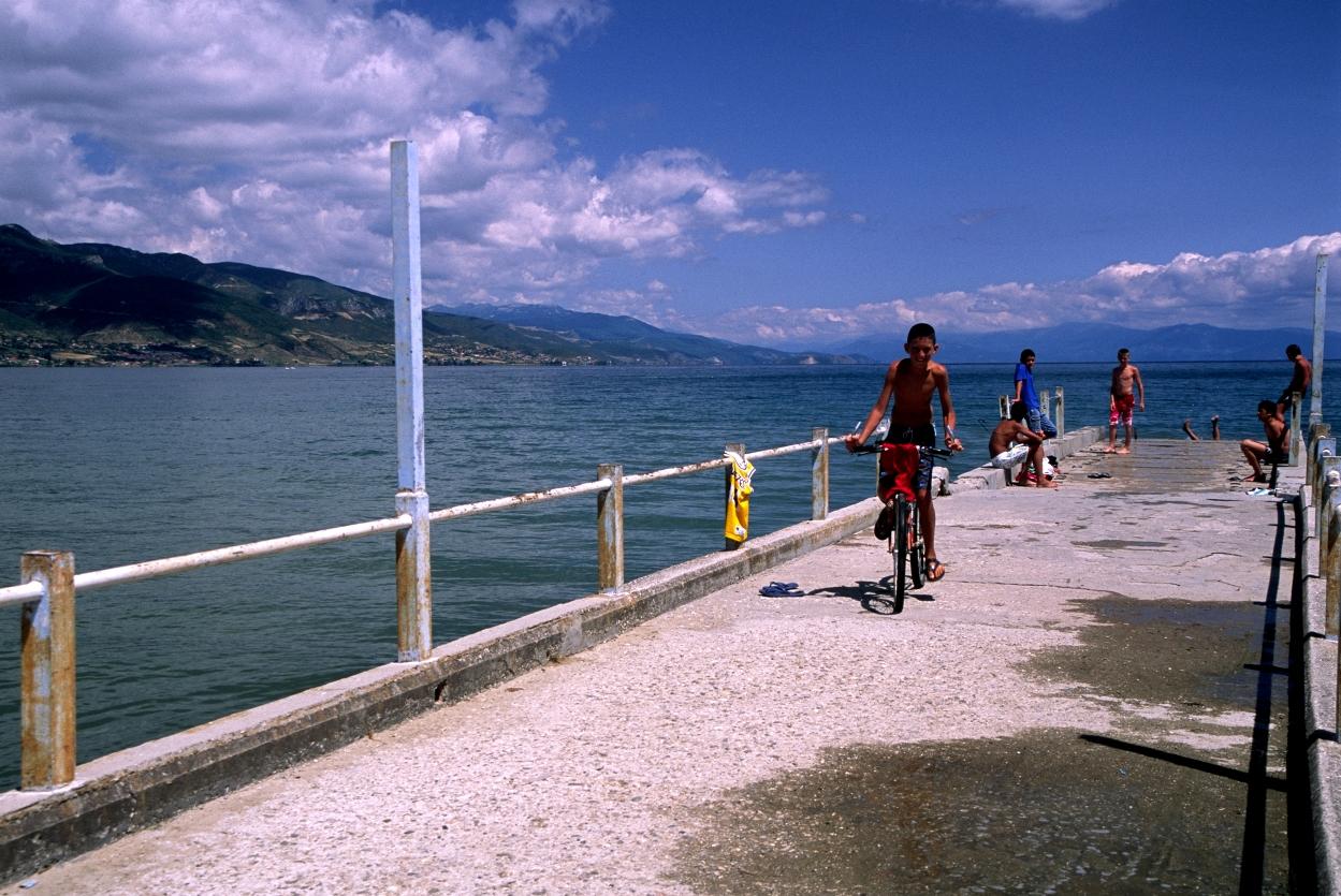 Pogradec (Albania) - Kids on the pier