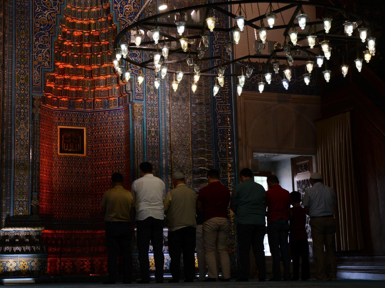 Imádkozó férfiak a Zöld Mecsetben