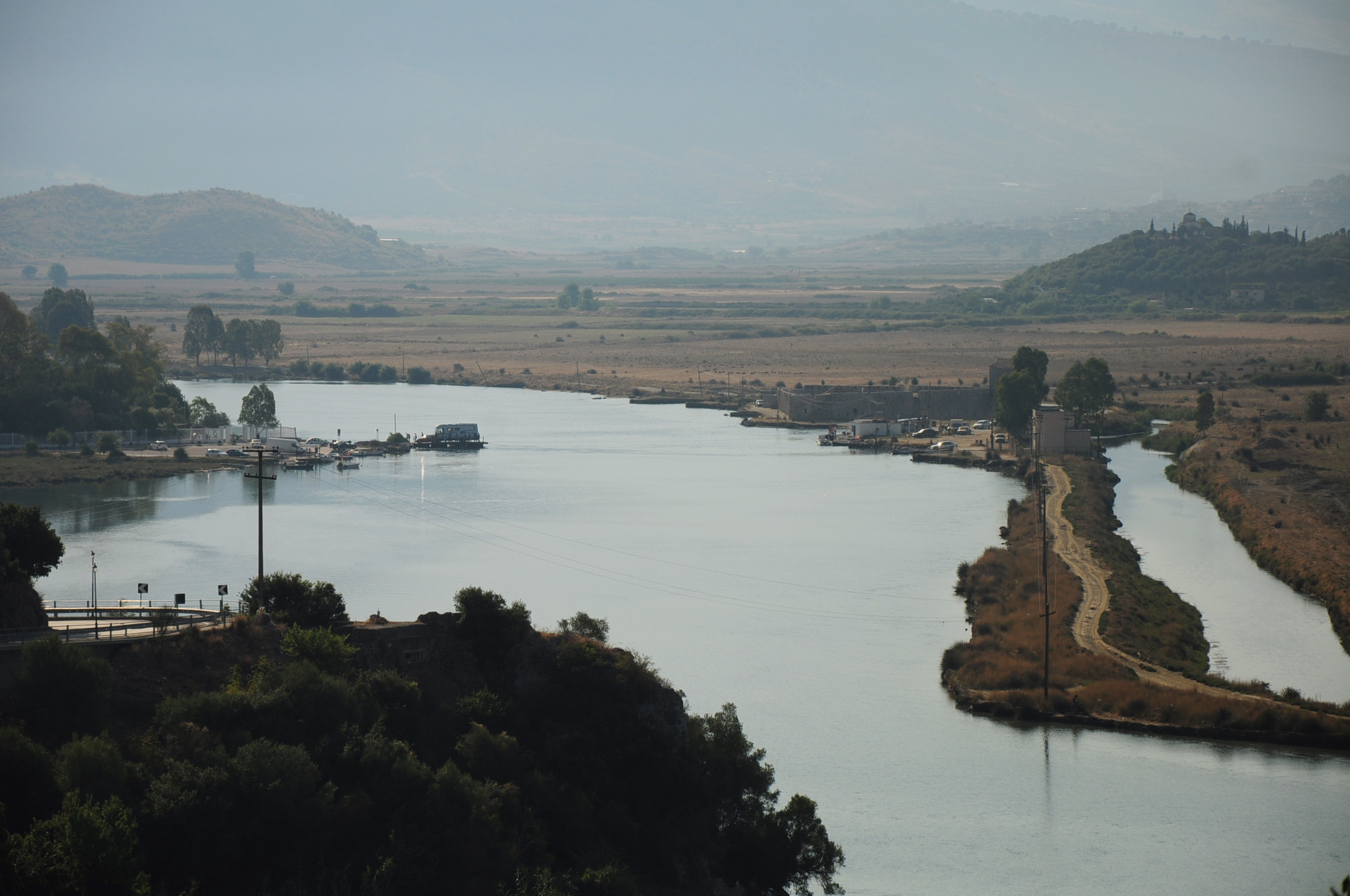 A csatorna és tőle balra az ókori város dombja