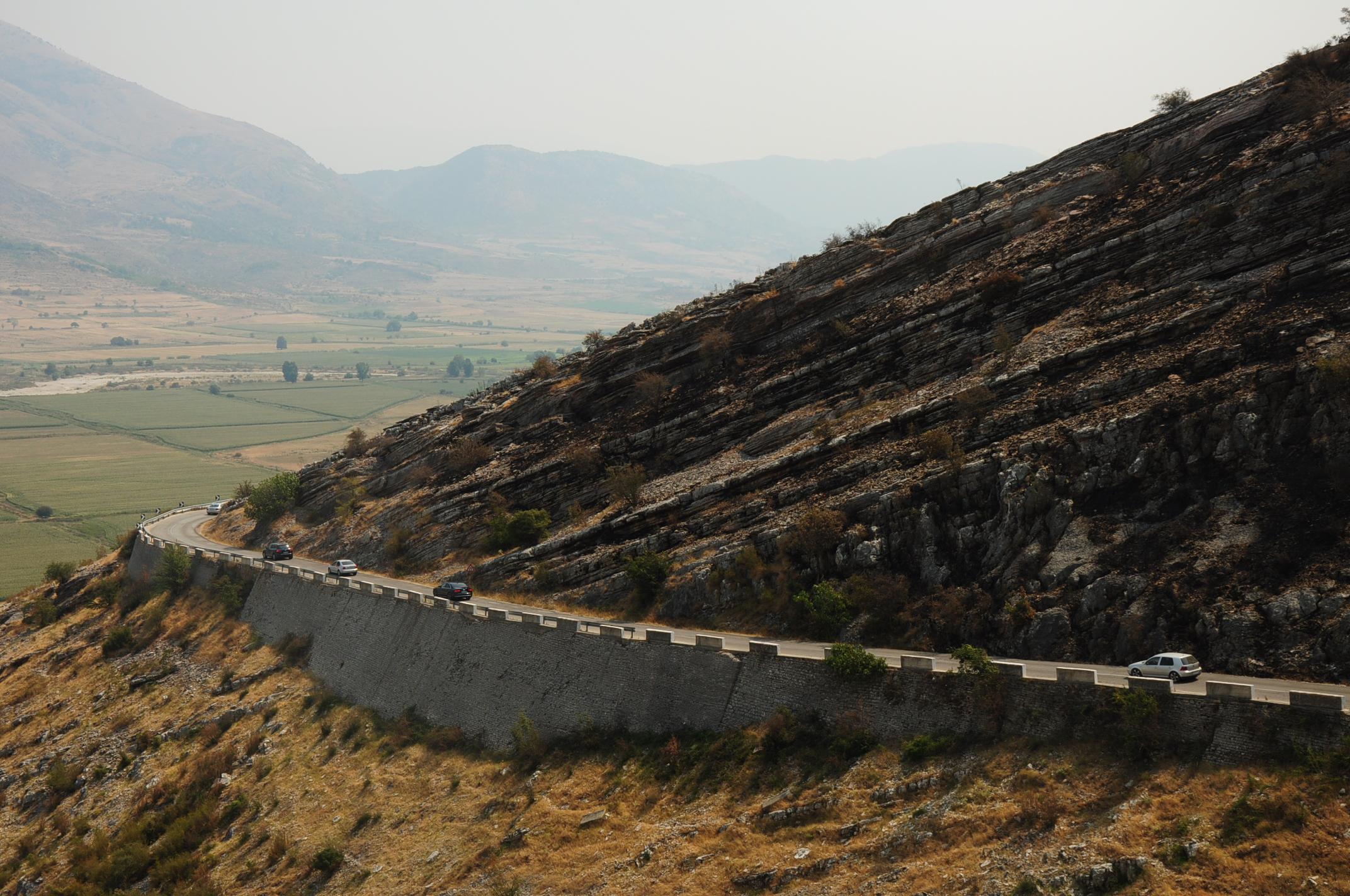 Érdekes felszíni formák kísérik a Vjosa-völgybe vezető utat