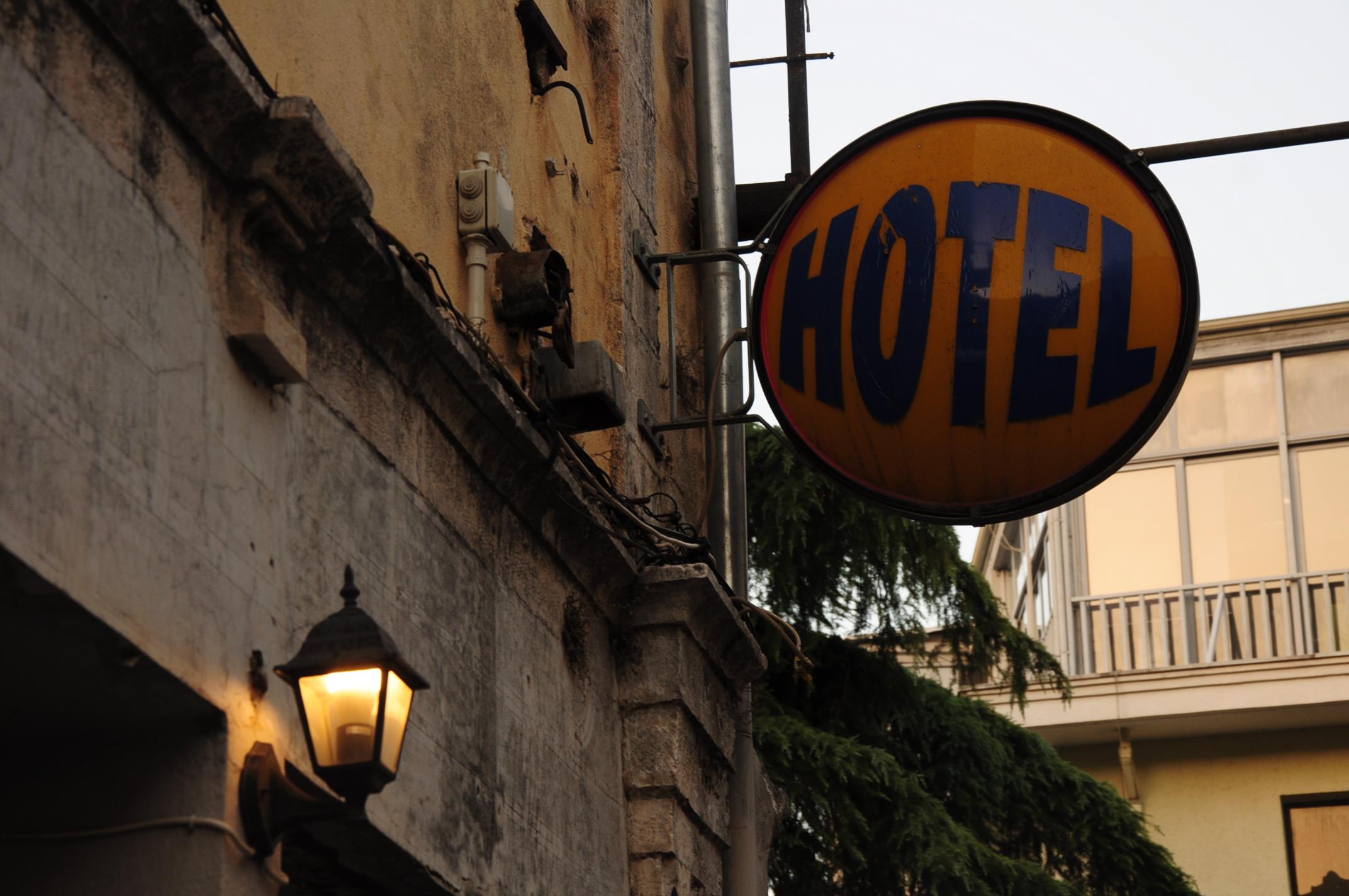 Szép régi hotelcégér a belvárosban