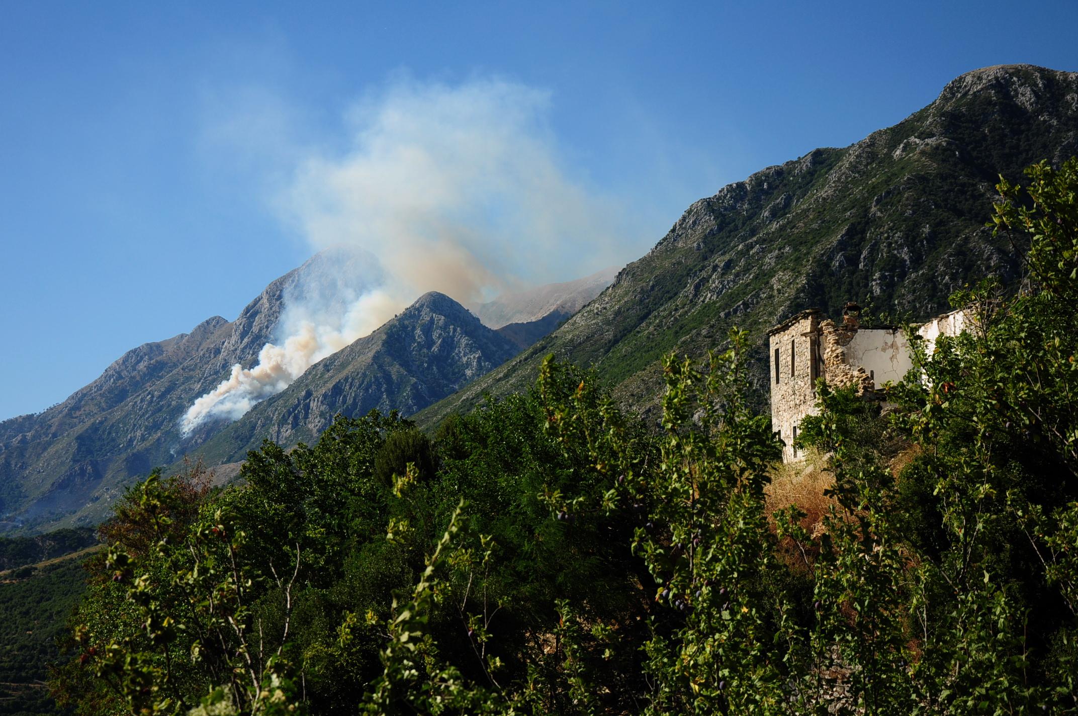 A falu egyik háza és a füst