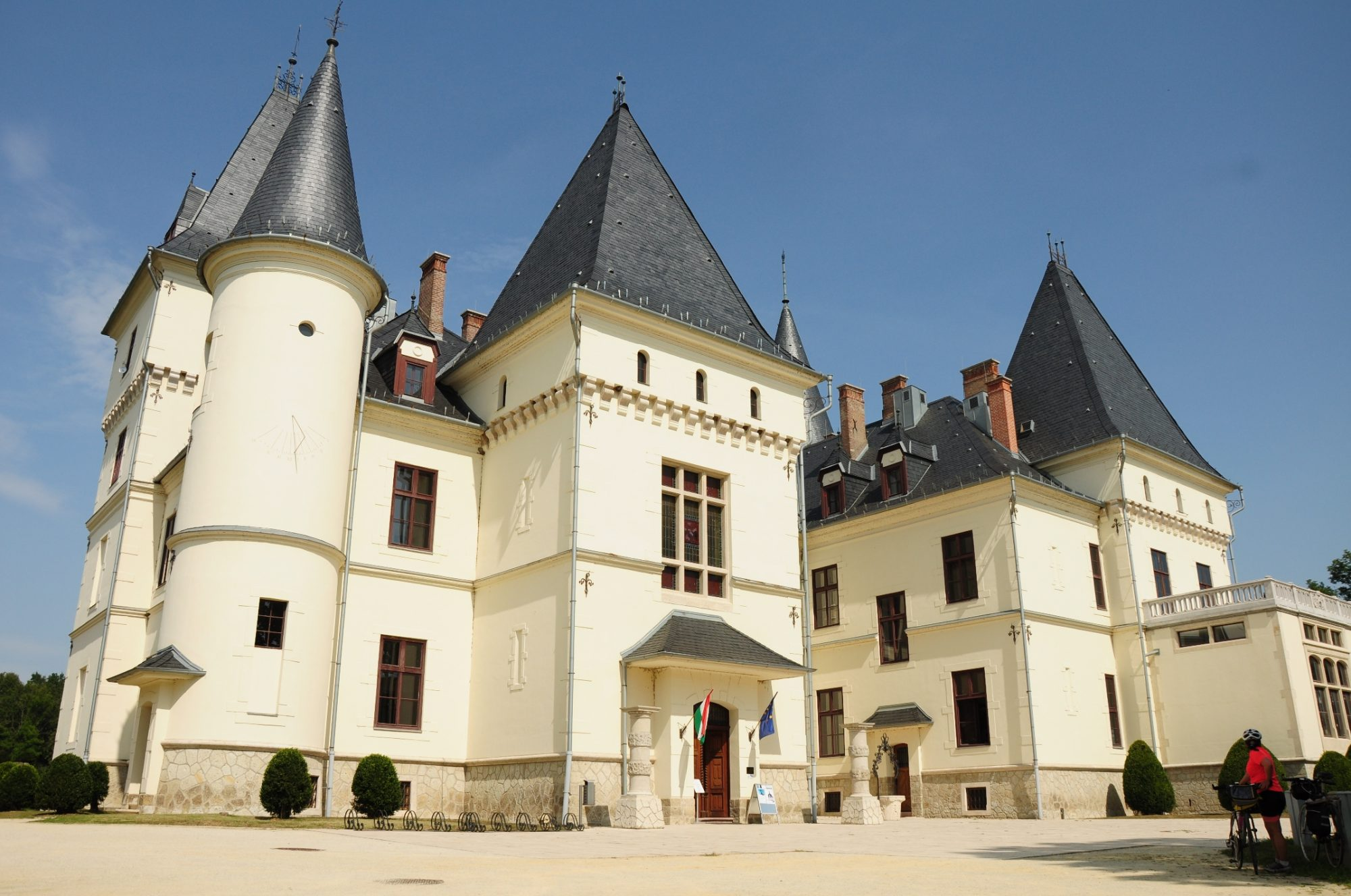 A kastély első homlokzata