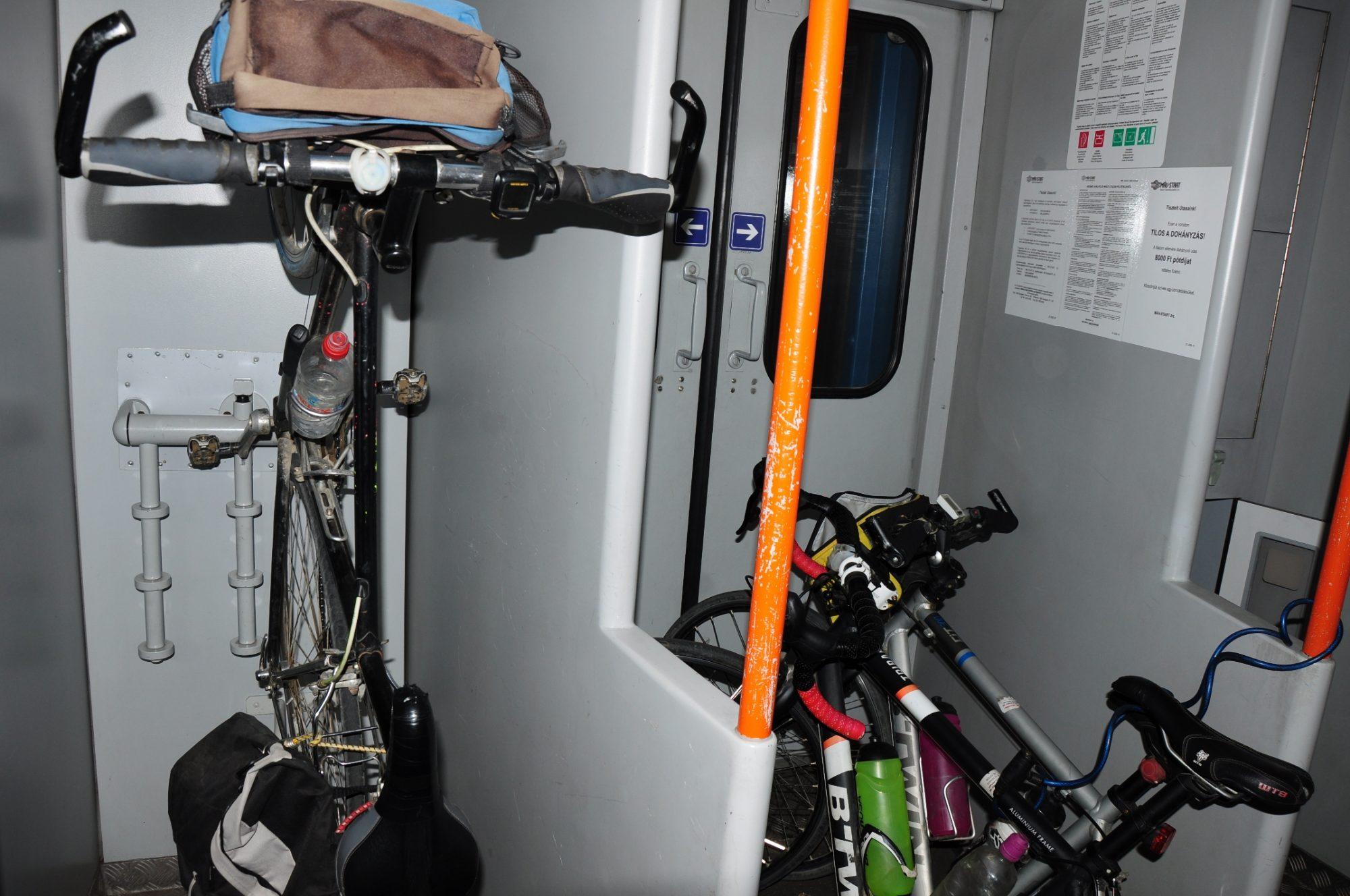 Kerékpár tároló minden kocsi végén
