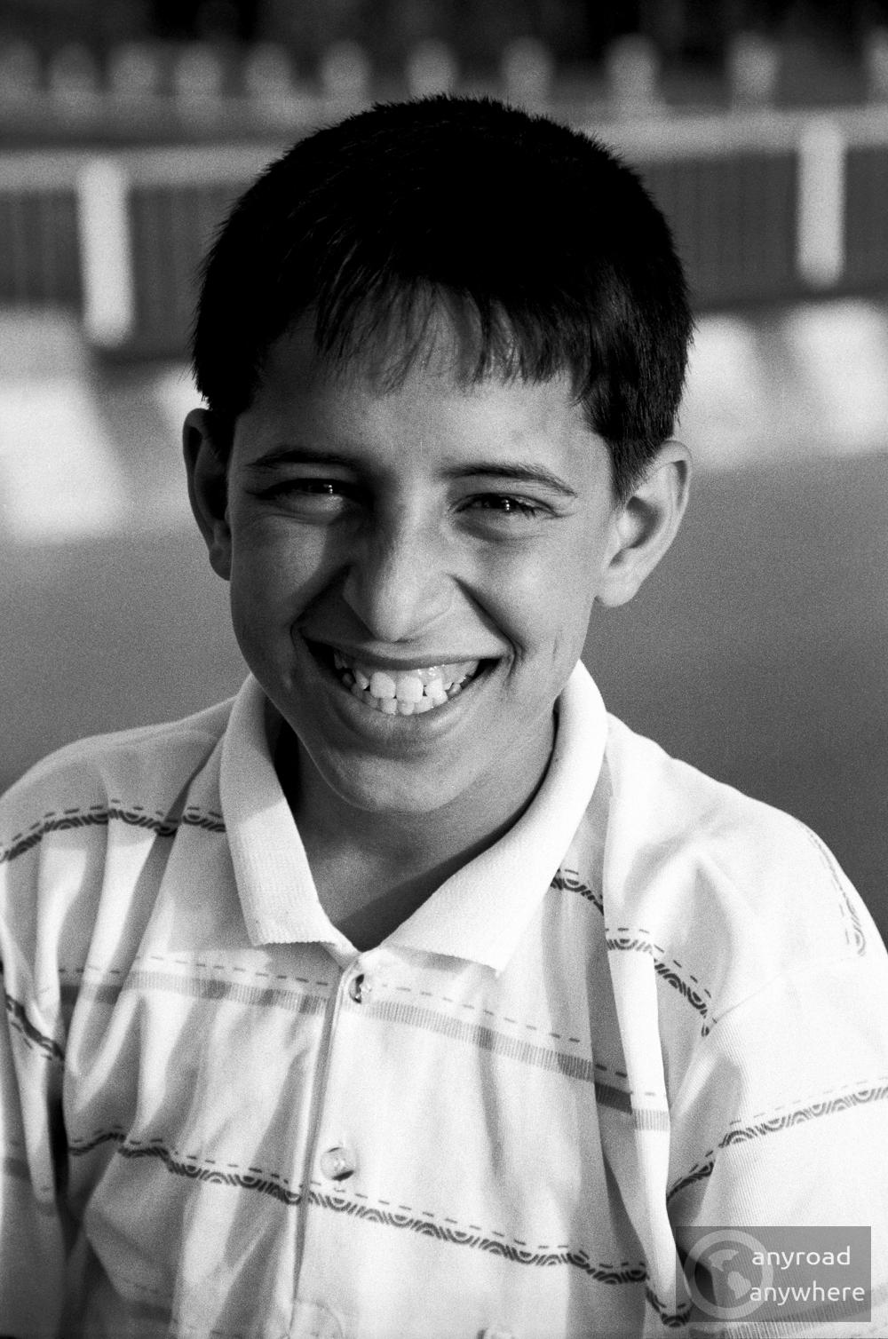 Mosolygós fiú Damaszkuszban