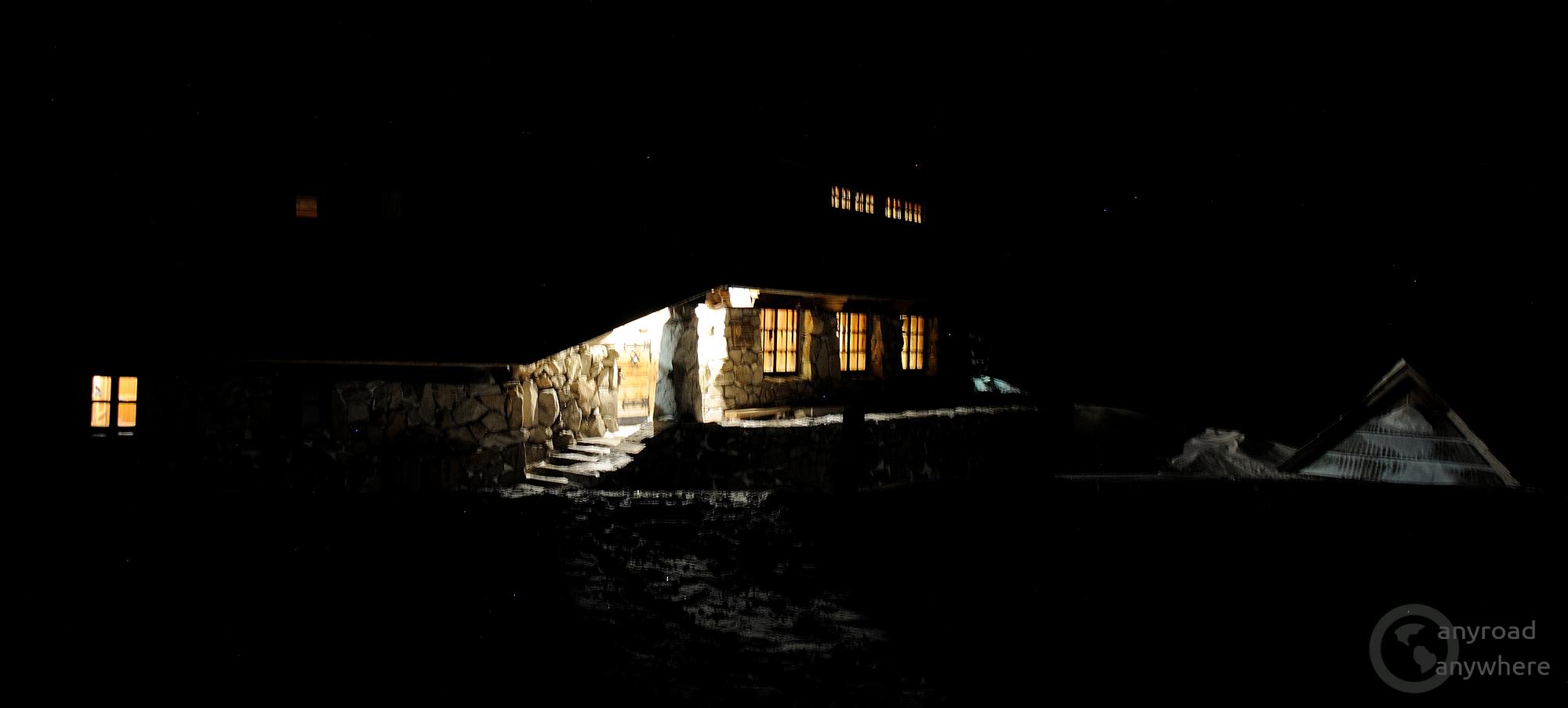 Az egyik hegyi menedékház csalogató fényei egy hideg téli napon