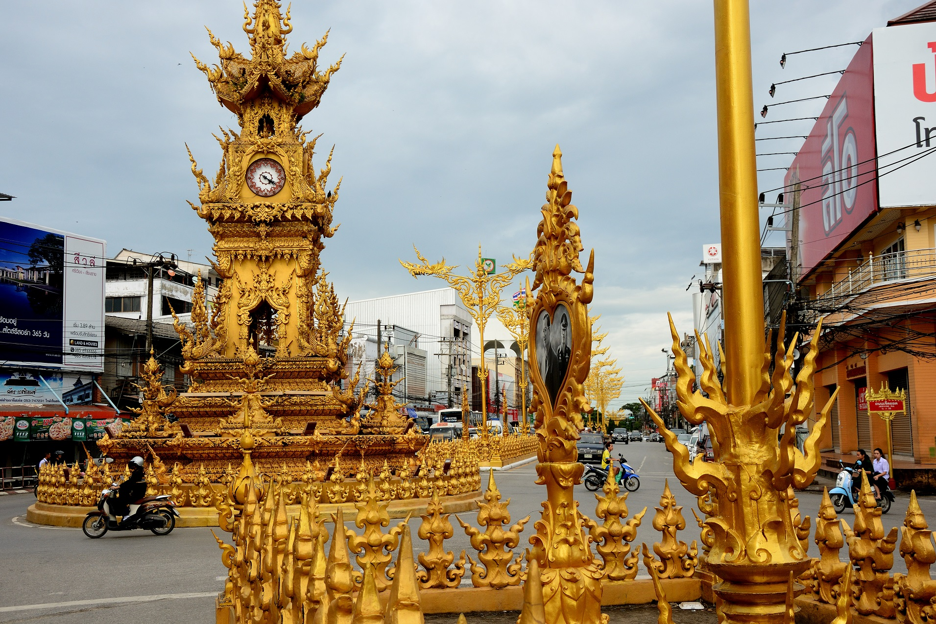 It may be a bit tacky for European eyes but no doubt the Clock Tower in Chiang Rai is a unique sight!