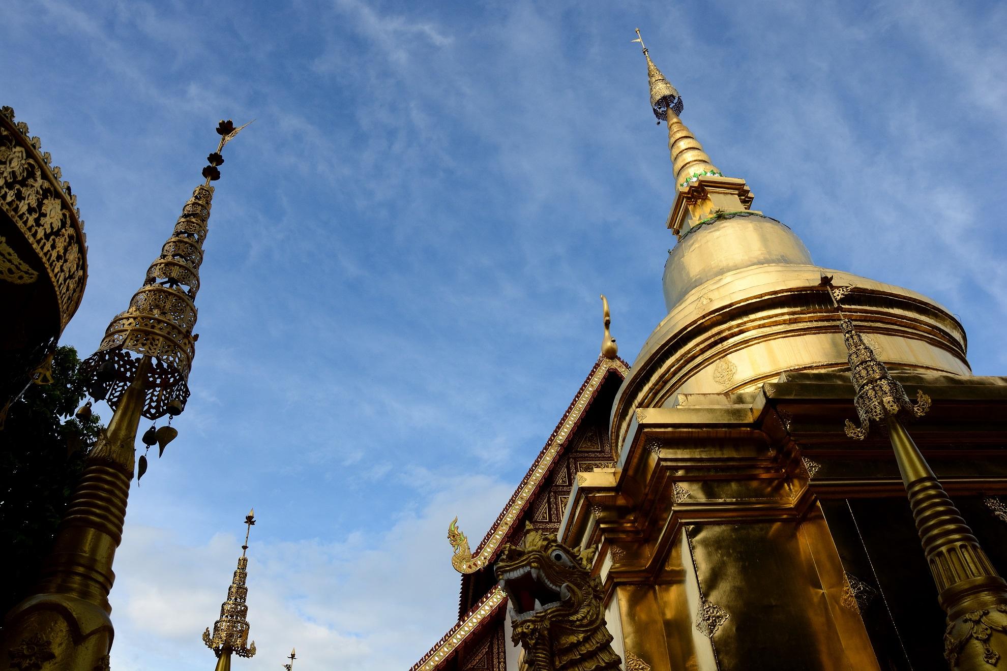 A nemrégiben felépített Fehér Templomon kívül két gyönyörű, régi buddhista templom is található a központtól nem túl messze.